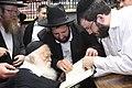Chaim Kanievsky חידושי הגאון מסוסנוביץ של רבי שלמה שטענציל עם נינו הרב יונתן שטנצל.JPG