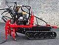 Chenillard équipé pour le travail du sol de la vigne.jpg