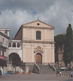 La Chiesa di S.Francesco di Paola nella piazza principale del paese