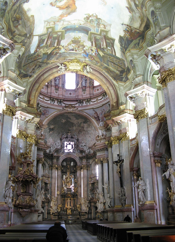 Chram sv Mikulase interier oltar od vchodu