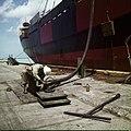 Collectie Nationaal Museum van Wereldculturen TM-20029497 Arbeider aan het werk in de haven Aruba Boy Lawson (Fotograaf).jpg