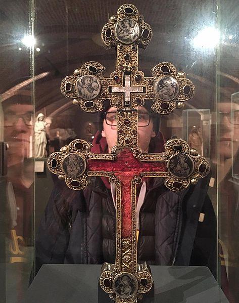 File:Croix-reliquaire et reflets.jpg
