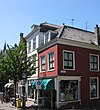 foto van Langwerpig hoekpand Dertienhuizen met schilddak en eenvoudige gevels onder rechte lijsten
