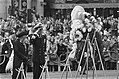Dodenherdenking op Dam in Amsterdam koningin Juliana en Prins Bernhard leggen k, Bestanddeelnr 928-5584.jpg