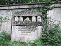 Ehemalige Gedenkstätte am Pfarrberg für die Gefallenen des I. Weltkrieges - Widmung und Säulennische mit Stahlhelm auf Eichenlaubkranz - Meinhard-Grebendorf - panoramio.jpg