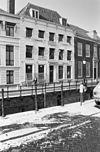 foto van Herenhuis met rechte kroonlijst op consoles rustend, gepleisterd