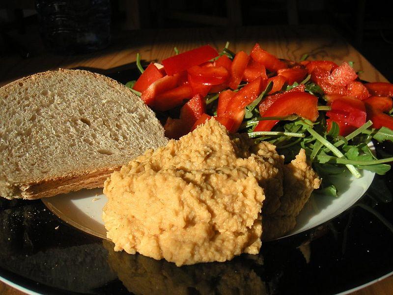 File:Flickr - cyclonebill - Brød, hummus og salat.jpg