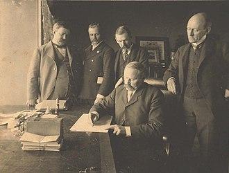 Benton McMillin - McMillin signing child labor legislation in 1901