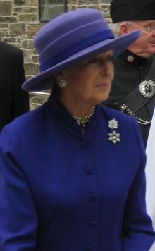 Prinzessin Alexandra in blauem Hut und Kleid