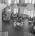 Hadassah universitair medisch centrum Een blik in de kantine vanaf een gaanderi, Bestanddeelnr 255-4927.jpg