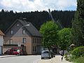 Hauptstraße mit Adlerschanze in Schönwald im Schwarzwald.jpg