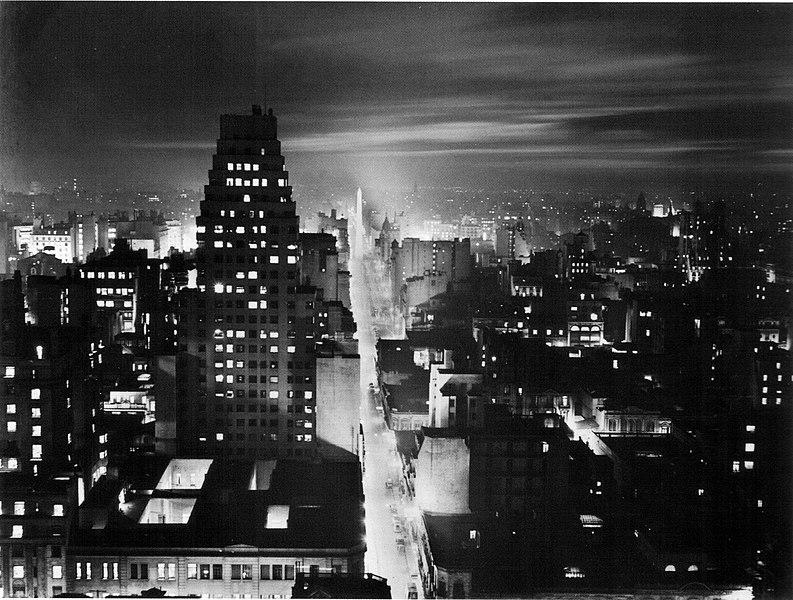 File:Horacio Coppola - Buenos Aires 1936 - Corrientes desde el edificio COMEGA nocturna.jpg