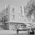 Hotel Ron met daaronder winkels, waaronder een wijnhandel en rechts een limonade, Bestanddeelnr 255-3494.jpg