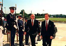 Fotografía del primer ministro australiano, John Howard, escoltado por el secretario de Defensa de los Estados Unidos, William Cohen, a través de un cordón de honor de las fuerzas armadas hasta el Pentágono, junio de 1997