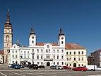 Hradec Králové, de Bílá věž en het stadhuis Dm406206-368 IMG 6854 2018-08-06 09.46.jpg