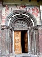 Innichen Stiftskirche - Romanisches Südportal 1.jpg