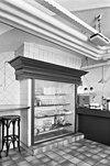 interieur, schouw, omgebouwd tot vitrinekast in de kantineruimte - 20330208 - rce