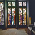 Interieur eerste verdieping, trouwkamer eerste klasse, rechtergedeelte glas-in-loodramen, voorstellende bruidsmeisjes met geschenken - Amsterdam - 20320960 - RCE.jpg