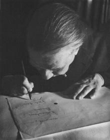 Jorge Luis Borges nel 1963, alle prese con i problemi di vista.