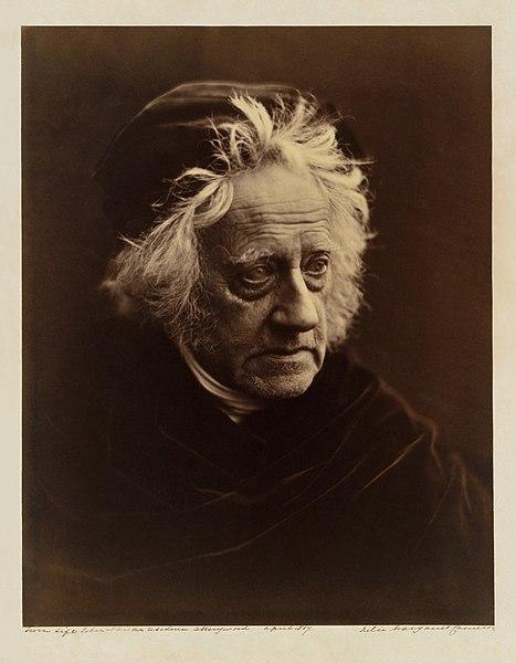 John Herschel foi fotografado por Mrs. Cameron em 1867.