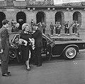 Koningin Juliana stapt uit bij Paleis op de Dam, Bestanddeelnr 918-8686.jpg