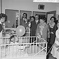 Koningin Juliana tijdens de rondgang door het ziekenhuis, Bestanddeelnr 917-7360.jpg