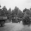 Krijgsgevangenen lopen onder begeleiding op een weg, Bestanddeelnr 900-3384.jpg