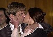 Beso entre dos novios