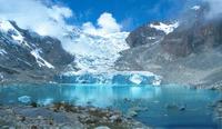Vista del Glaciar Sorata y la Laguna Glaciar situados en el Macizo Illampu, los cuales presentan un clima polar