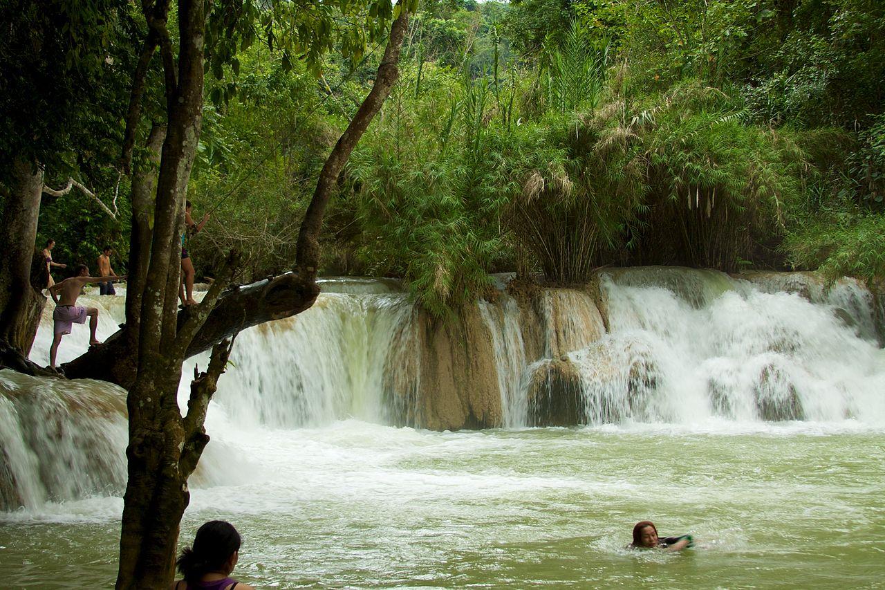 File laos kuang si waterfall 07 beautiful swimming for Beautiful swimming pools with waterfalls