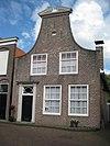 foto van Huis voorzien van een brede klokgevel met een gebroken fronton