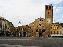 La facciata della Basilica Cattedrale domina piazza della Vittoria