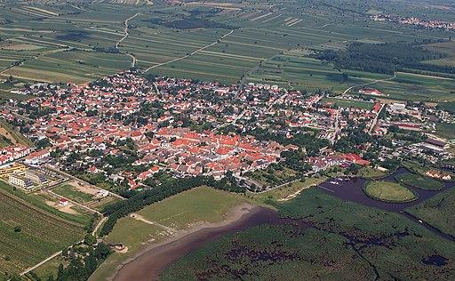 Luftbild von Rust (Burgenland): Rechts unten der Schilfgürtel des Neusiedler Sees.