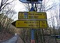 Máslovice, silnice 2428 u odbočení Máslovické stezky, cyklistické směrovky.jpg