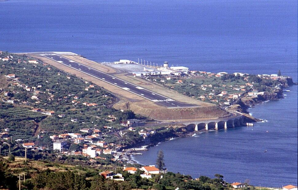Madeira Funchal landing strip 1990.jpg