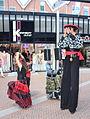 Man met stelten en danseres uit Spanje in Spijkenisse.jpg