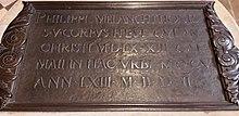 Grabstätte von Philipp Melanchthon in der Schlosskirche zu Wittenberg mit seinen Lebensdaten in römischen Ziffern (Quelle: Wikimedia)