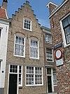foto van Huis met gecementeerde lijstgevel. Dubbele voordeur. Stoep