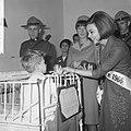 Miss Canada terwijl zij een kind een appel aanbiedt, Bestanddeelnr 918-4771.jpg