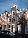 foto van Huis met door pilasters gelede halsgevel