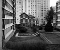 Old small house isolated by tall buildings Vanves Ancienne petite maison en pierre isolée par de grands immeubles 2016 F Lamiot 05.JPG
