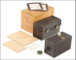 Kodak - An original Kodak camera, complete with box, camera, case, felt lens plug, manual, memorandum and viewfinder card