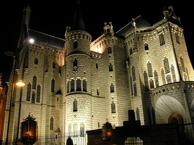 Ficheiro:Palacio Episcopal de Astorga de noche.jpg