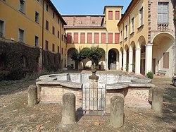 Palazzo Tozzoni (esterno cortile).JPG