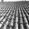 Pannendak, bestaande uit holle en bolle dakpannen, tijdens restauratiewerkzaamheden - Bornwird - 20329557 - RCE.jpg