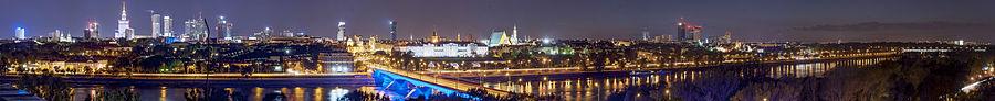 Nocny widok z prawobrzeżnej Warszawy na wieżowce.