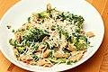 Pasta mit Brokkoli und Ricotta (6985071365).jpg