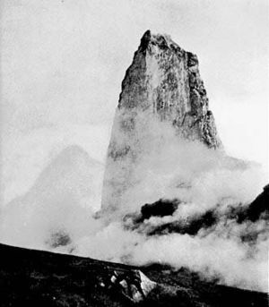 Lava spine - A lava spine at the summit of Mount Pelée in 1902