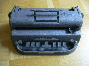 Deutsch: Perkins-Brailler zum schreiben von Pu...