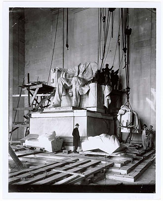 Abraham Lincoln (1920 statue) - Installation of the statue in 1920